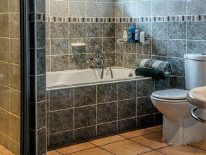 トイレの壁の黄ばみが落ちない原因は?